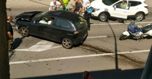 Un cotxe topa contra un edifici