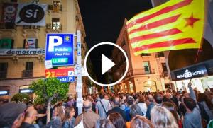 Unes 2.000 persones han recorregut el centre de Reus enganxant cartells proreferèndum.