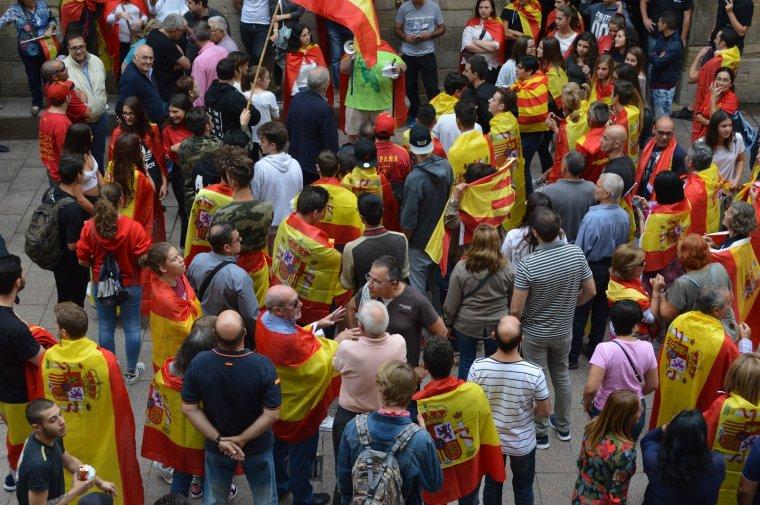 1-O.- Desenes de persones es manifesten a Lleida contra el referèndum corejant 'Sóc espanyol'