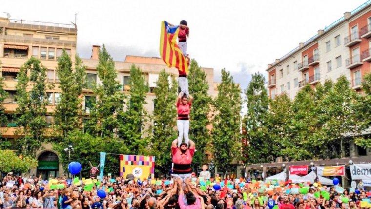 Pilar de la Vella amb l'estelada, a la Festa del Sí d'aquest dimecres, a Valls.