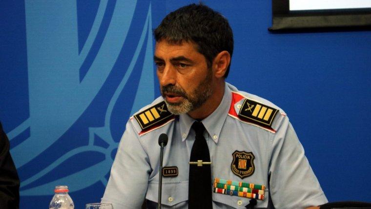 Trapero comunica als agents dels Mossos que traslladin els atestats a la Comissaria General d'Informació.