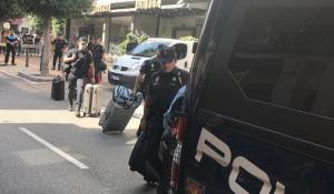 Agents de la policia espanyola marxen de l'Hotel Gaudí de Reus.