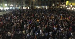 Centenars de persones es concentren a la plaça del MErcadal de Reus per demanar la llibertat de Jordi Sànchez i Jordi Cuixart