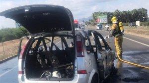 Cinco heridos en un choque frontal entre un coche y una furgoneta que ha quedado calcinada en Benejúzar (Alicnte)