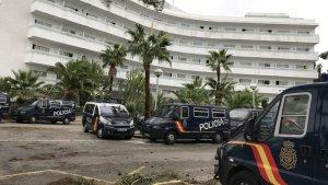 Diverses furgonetes policials a l'Hotel Best Negresco de Salou.
