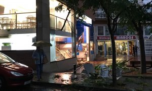 El bar del costat de l'estació d'autobusos ha quedat arrasat per la força de la tempesta.