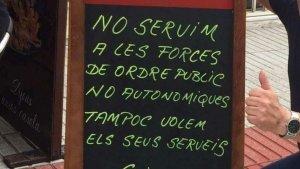 El bar El Galliner de Calella penja un cartell on anuncia que no servirà la Guàrdia Civil ni la Policia Nacional
