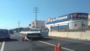El cotxe accidentat, a l'N-340 a Torredembarra.