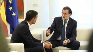 El presidente del gobierno, Mariano Rajoy, y el secretario general del PSOE, Pedro Sánchez