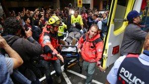 El Sistema d'Emergències Mèdiques evacua un dels ferits per la policia espanyola durant l'1-O.