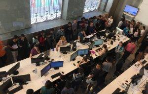 Els alumnes visitant la redacció de ReusDiari.cat.