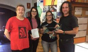 Els guanyadors del concurs amb la regidora i el mestre vidrier.