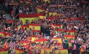 Imagen de la afición atlética enseñando sus banderas a Gerard Piqué