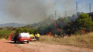 Imatge de l'incendi al costat de les vies.