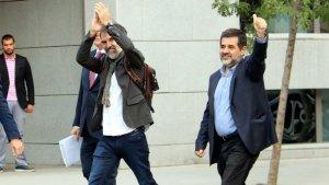 Jordi Cuixart i Jordi Sànchez, arribant a l'Audiència Nacional i saluden els diputats i senadors que hi han anat a donar-los suport. Imatge del 16 d'octubre del 2017.