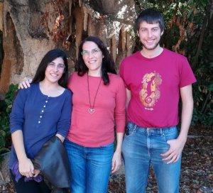 L'organitzadora del festival, Eva Campos (esquerra), al costat de dos col·laboradors.