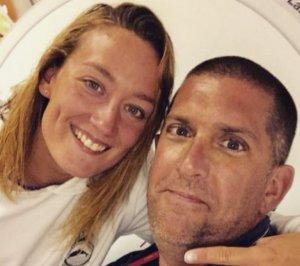 Mireia Belmonte al seu perfil d'Instagram, junt amb el seu entrenador amb el missatge «Es queda»