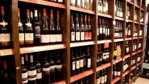 mostrador vinos en supermercado