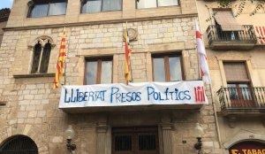 Pancarta pintada pels regidors de Montblanc i que es pot veure a la Casa de la Vila.