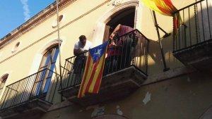 Pere Gomés (PDECat) i Jordi Molinera (EINA) han penjat l'estelada aquesta setmana al balcó de l'Ajuntament