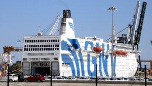 Pla general del creuer GNV Azzurra, atracat al Port de Tarragona per ordre de l'Estat.