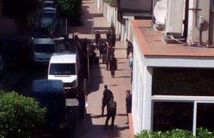 Policia espanyola al costat de l'Hotel Gaudí.