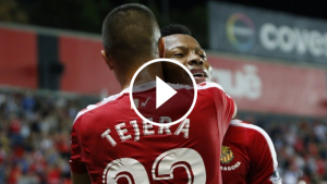Uche és abraçat per Tejera després del 2 a 0