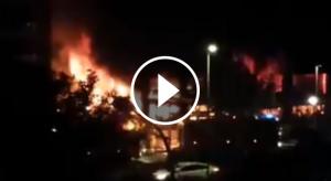 Una imatge de l'espectacular incendi al basar de Cunit.