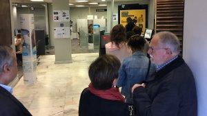 Una oficina de La Caixa a Reus, plena de clients.