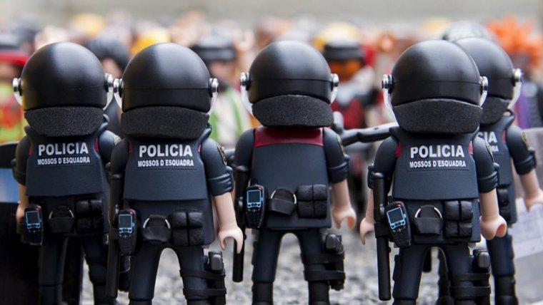 Agents de l'ARRO dels Mossos, d'esquena.