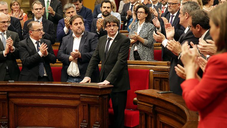 El president de la Generalitat, Carles Puigdemont, rep l'aplaudiment dels diputats.