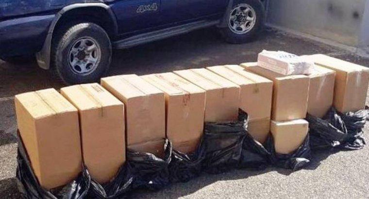 Imatge de les caixes de tabac de contraban i el vehicle confiscat per la Guàrdia Civil a un veí de la Seu d'Urgell