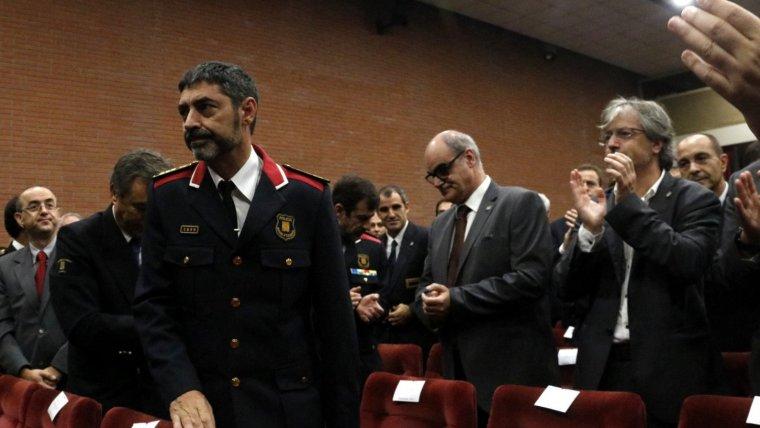 Josep Lluís Trapero entre aplaudiments dels assistents a la inauguració del curs acadèmic de l'ISPC aquest divendres.