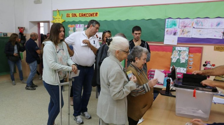 Votants a l'Espluga de Francolí.