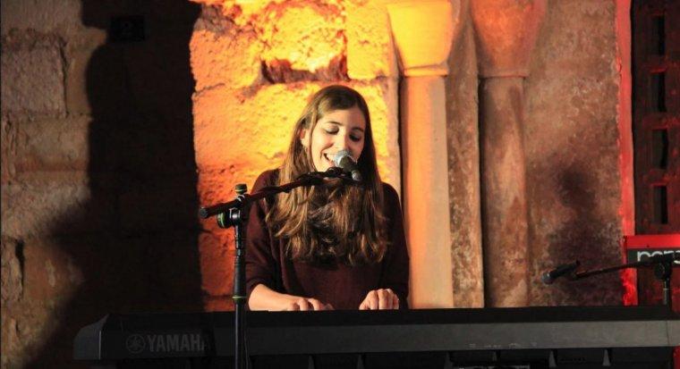 La cantautora Anna d'Ivori, en una de les seves actuacions