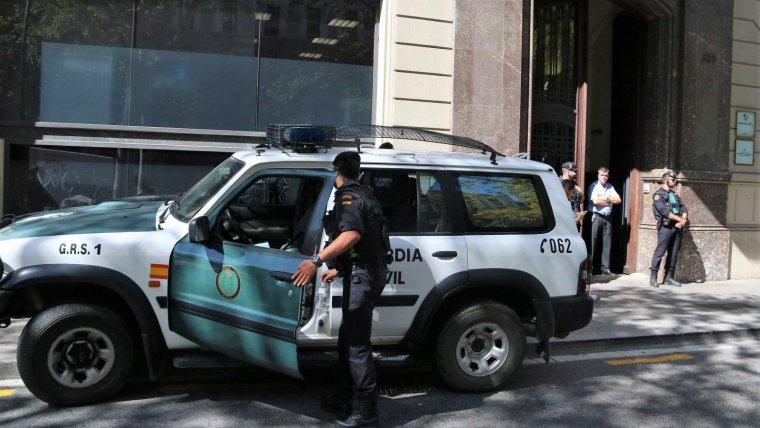 La Guàrdia Civil a les portes de la seu del Departament d'Economia i Hisenda el 20 de setembre.