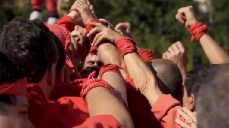 La imatge de la pinya dels Castellers de Barcelona, al vídeo de SCC