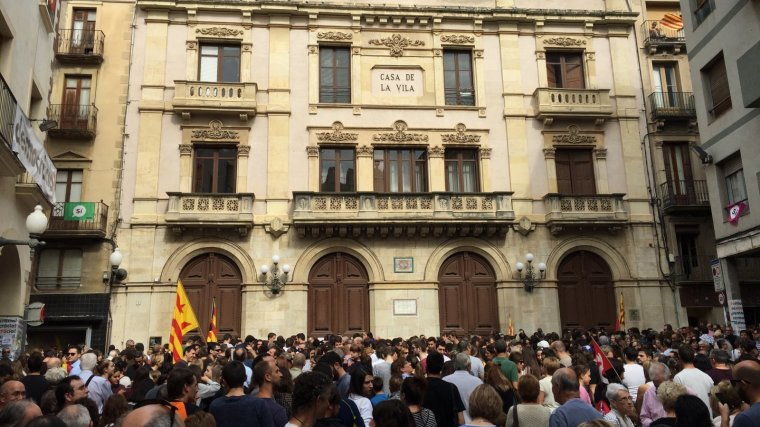 La multitud, aplegada a la plaça del Blat vallenca.