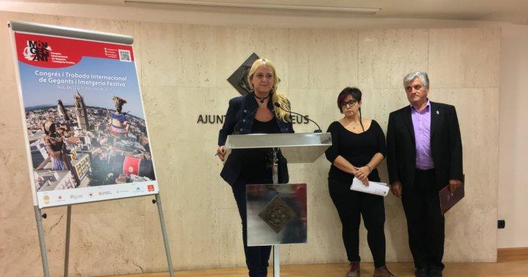 La regidora de Cultura, Montserrat Caelles, en l'acte de presentació del Congrés Internacional de Gegants