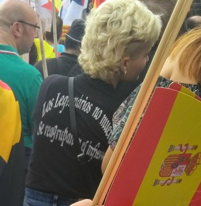 Manifestant a l'acte de SCC pel Dia de la Hispanitat