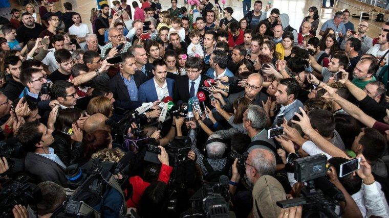 Pla general de l'arribada del president Carles Puigdemont al col·legi electoral de Sant Julià de Ramis envoltat d'una gran expectació mediàtica.