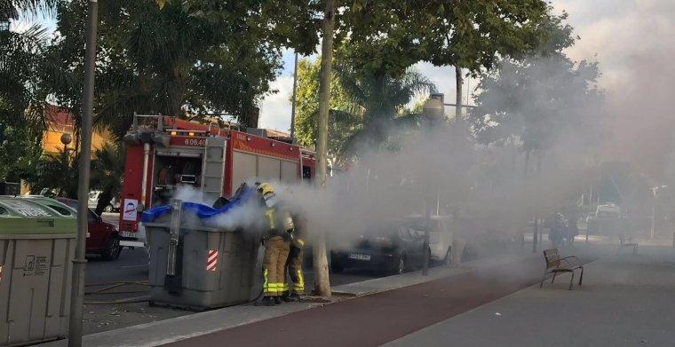Una de les dotacions de bombers enviades a extingir el foc