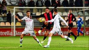 Borja Fernández lluita la possessió contra dos jugadors rivals