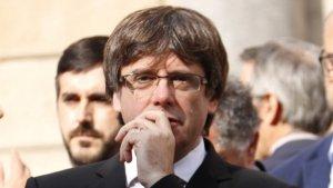 Carles Puigdemont i Ada Colau a l'aturada per l'empresonament de Jordi Sánchez i Jordi Cuixart a la plaça Sant Jaume de Barcelona.