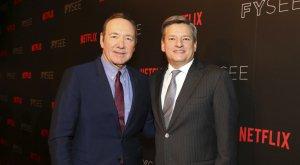 El actor Kevin Spacey y el director de contenidos de Netflix Ted Sarandos
