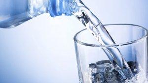 El agua regula la temperatura del cuerpo, aporta sales minerales e hidrata