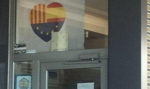 El cartell que penja a l'Escola Sant Bernat Calbó.