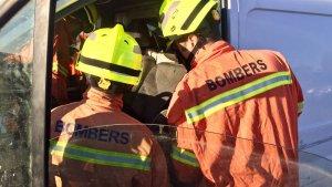 Els bombers rescatatnt l'home d ela seua furgoneta