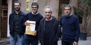 Els protagonistes de la presentació del llibre davant Vila Viniteca