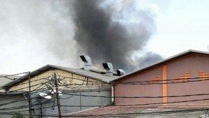 Imagen de la columna de humo saliendo de la fábrica de fuegos artificiales de Indonesia